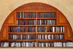 Libros de oración judíos en los estantes. Fotos de archivo
