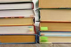 Libros de texto apilados en la tabla Fotos de archivo libres de regalías