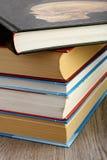 Libros de texto apilados en la tabla Imagenes de archivo