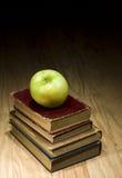 Libros de textos de Apple y de la escuela imágenes de archivo libres de regalías
