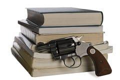 Libros de textos y pistola Fotografía de archivo