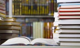 Libros del primer en la biblioteca Foto de archivo libre de regalías