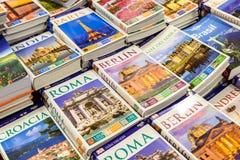 Libros del viaje para la venta en estante de la biblioteca imágenes de archivo libres de regalías