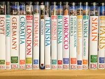 Libros del viaje para la venta en estante de la biblioteca fotos de archivo
