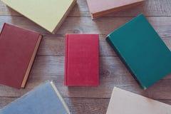 Libros del vintage en fondo de madera Visión desde arriba Foto de archivo