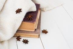 Libros del vintage y suéter hecho punto Fotografía de archivo libre de regalías