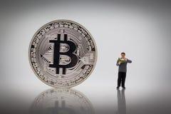 Libros derechos del negocio de la lectura del hombre de negocios al lado del bitcoin Uso de la imagen para el concepto del negoci Imagenes de archivo