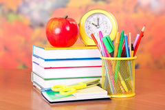 Libros, despertador, lápices y manijas Fotos de archivo libres de regalías