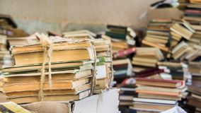 Libros dispersados en pila descuidada Imagenes de archivo