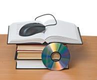 Libros, dvd, y ratón fotografía de archivo libre de regalías