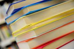 Libros empilados Pila de libros Ciérrese para arriba de libros en biblioteca imagen de archivo libre de regalías