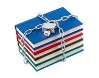 Libros en candado cerrado encadenamientos. Fotografía de archivo libre de regalías