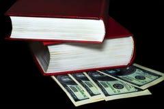 Libros en cientos billetes de dólar fotos de archivo