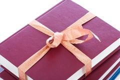 Libros en el embalaje del regalo aislado en un blanco Fotografía de archivo libre de regalías