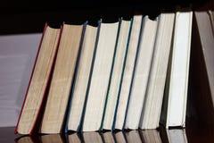 Libros en el estante Fotos de archivo