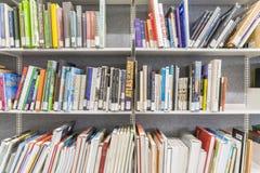 Libros en el estante en biblioteca Imágenes de archivo libres de regalías