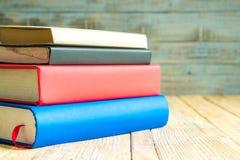 Libros en el fondo de madera Imagen de archivo libre de regalías