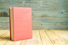 Libros en el fondo de madera Imagenes de archivo