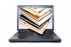 Libros en el monitor de la computadora portátil Imágenes de archivo libres de regalías