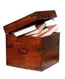 Libros en el pecho de madera Foto de archivo