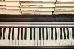 Libros en el piano Concepto de literatura y de música foto de archivo