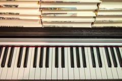 Libros en el piano Concepto de literatura y de música fotografía de archivo