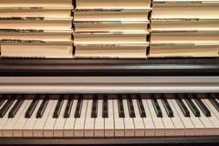 Libros en el piano Concepto de literatura y de música imágenes de archivo libres de regalías