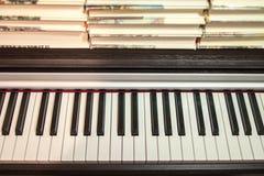 Libros en el piano Concepto de literatura y de música fotografía de archivo libre de regalías