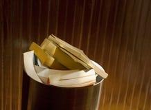 Libros en envase de basura de la oficina fotos de archivo
