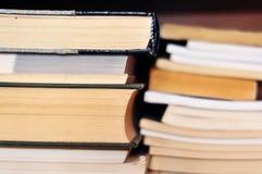 Libros en estante Imágenes de archivo libres de regalías