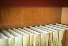 Libros en estantes de madera Fotografía de archivo libre de regalías