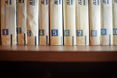 Libros en estantes de madera Fotografía de archivo