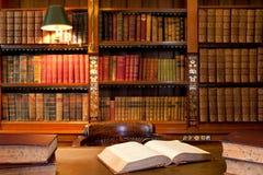 Libros en la biblioteca Imagen de archivo