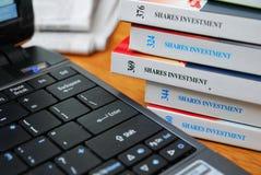 Libros en la inversión financiera y las partes fotografía de archivo