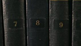 Libros en las cubiertas de cuero con las letras del oro almacen de video