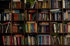 Libros en shelfs de madera viejo y nuevos libros en estantes de madera fotos de archivo