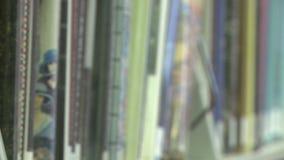 Libros en un estante en la biblioteca (1 de 2) metrajes
