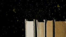 Libros en un estante y un alfabeto metrajes