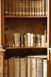 Libros en una biblioteca de Midieval Fotos de archivo