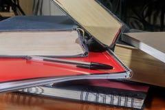 Libros en una pila con la pluma Imagen de archivo