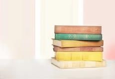 Libros en una tabla de madera Imagenes de archivo