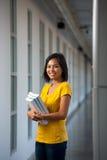 Libros femeninos hermosos del vestíbulo del estudiante universitario Imagen de archivo
