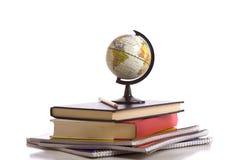 Libros, globo y lápiz de escuela en blanco Imagen de archivo libre de regalías