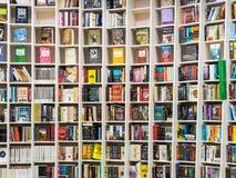 Libros ingleses para la venta en estante de la biblioteca Fotografía de archivo libre de regalías