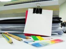 Libros, lápiz, clip y nota en blanco blanca Imágenes de archivo libres de regalías