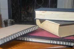 Libros llenados delante de la chimenea Imagenes de archivo