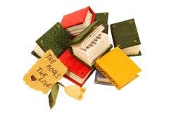 Libros miniatura con color de rosa y el mensaje Foto de archivo