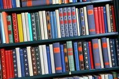 Libros multicolores viejos Imágenes de archivo libres de regalías