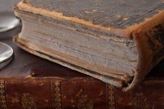Libros polvorientos viejos con los vidrios de lectura Foto de archivo libre de regalías