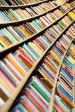 Libros, porciones de libros en biblioteca Imagen de archivo libre de regalías